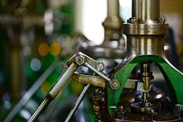 Nærbilde av en maskin på en fabrikk