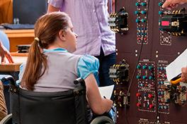 Illustrasjonsfoto av en kvinne i rullestol som jobber ved et koblingsbord