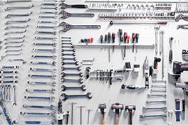 Nærbilde av en vegg der der henger verktøy