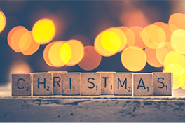 Ordet Christmas skrevet ut med scrabblebrikker