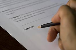 Hånd som signerer en avtale