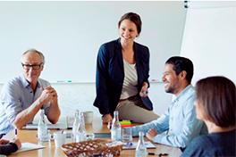 Samtale rundt et møtebord